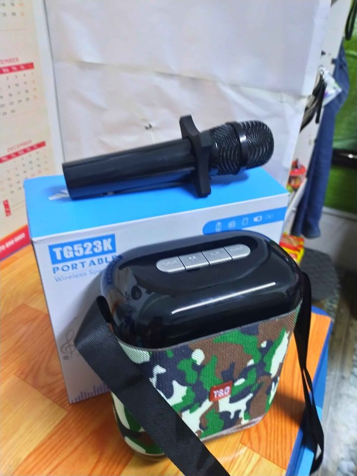Wireless mic with blue tooth speaker