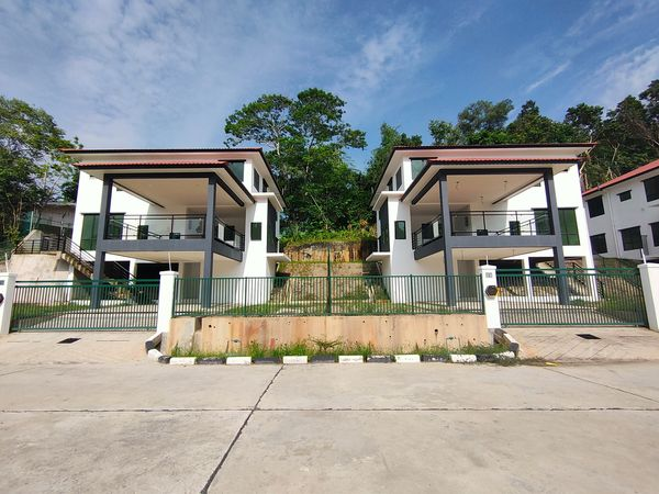 Three Storey Detached House for RENT / SWAP / SELL